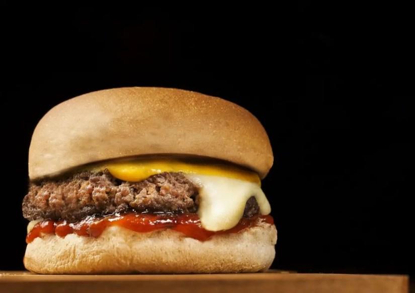 Les cheeseburger à base de cheddar sont sans risque pour la femme enceinte