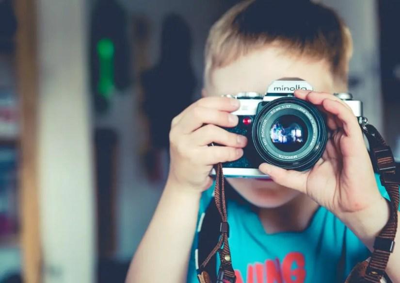 Enfant s'essayant à la photographie