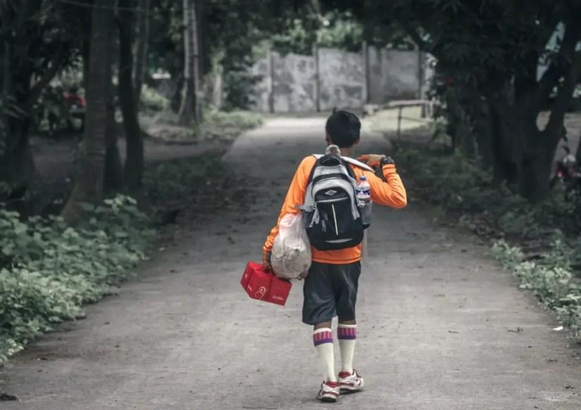 Jeune adolescent partant randonner