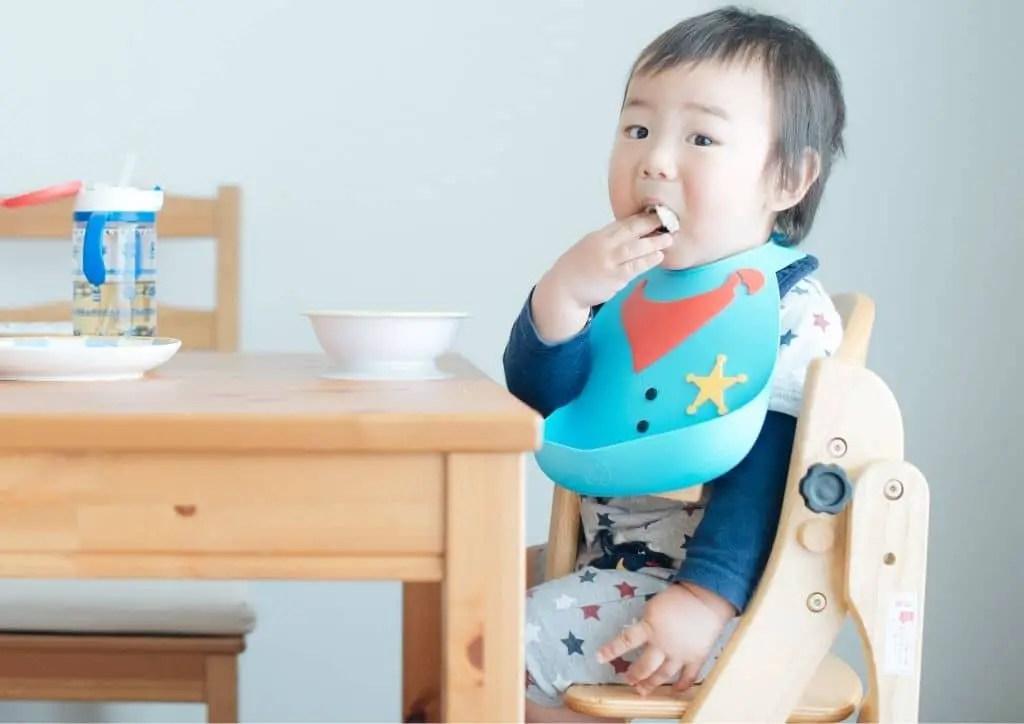 Bavoir d'apprentissage utile pour le repas de bébé