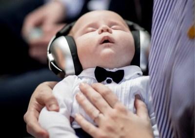 Nourrisson en train d'écouter de la musique pour s'endormir