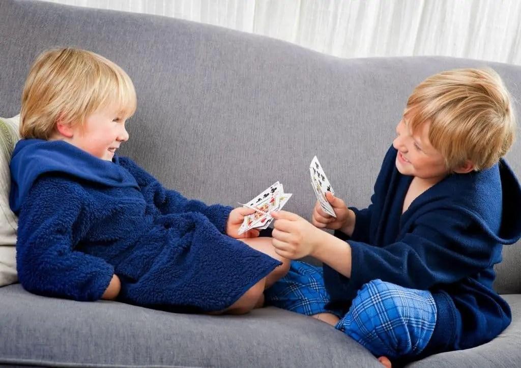 Enfants jouant à un jeu de cartes en famille