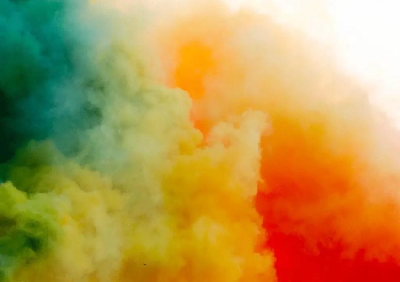 Les fumigènes à torche, une des idées d'animation pour un anniversaire d'enfant
