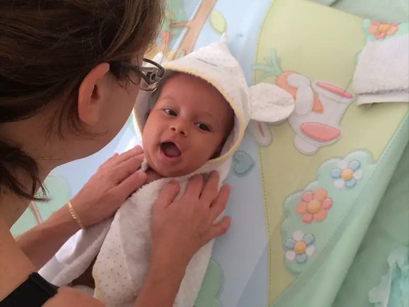 Cape de bain pour sécher bébé à la sortie du bain