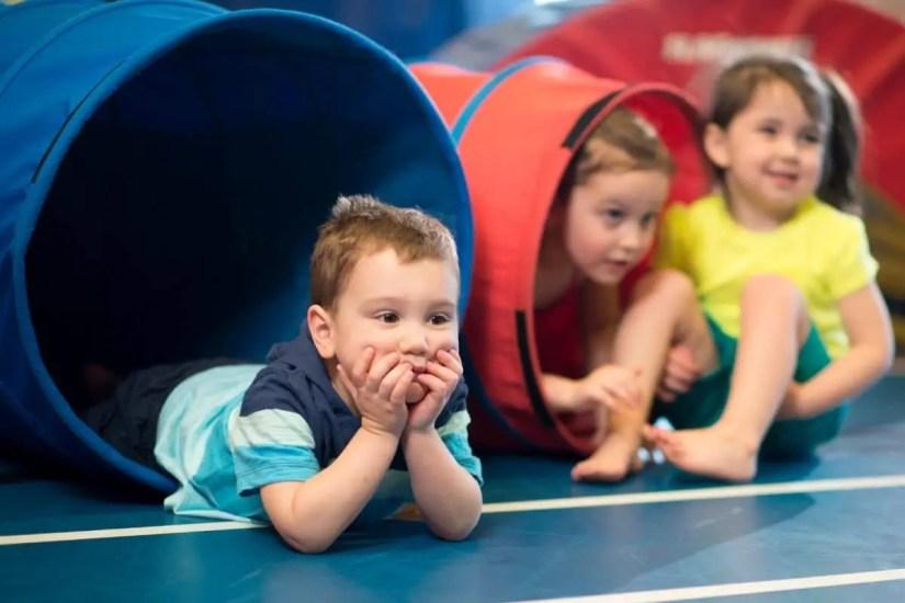 Enfants sortant d'un tunnel baby gym