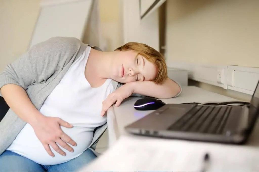 La fatigue, le signe d'une possible carence en fer chez la femme enceinte