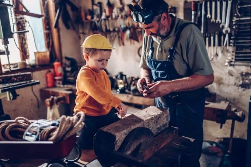 Grand-père bricolant avec son petit-fils