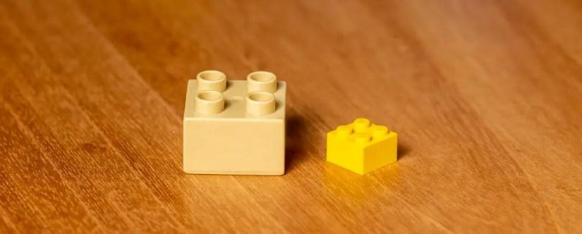 Comparaison de la taille d'un Lego DUPLO avec un Lego classique