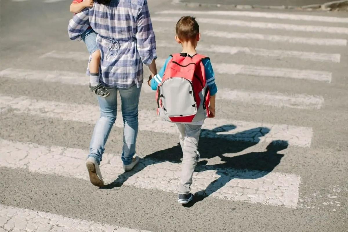Enfant piéton traversant la route