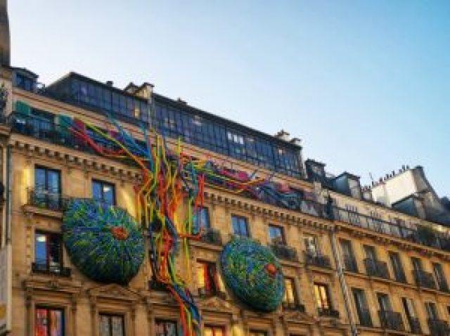 façade d'un immeuble avec décorations artistiques