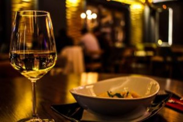 verre de vin blanc, et assiette, dîner dans un brasserie