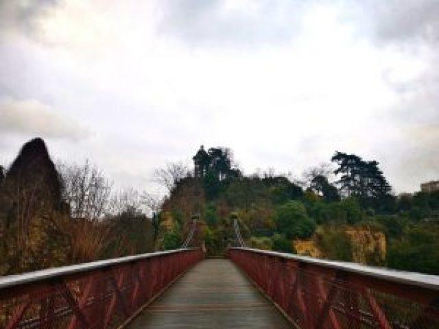 pont rouge, jardin, parc, ciel gris