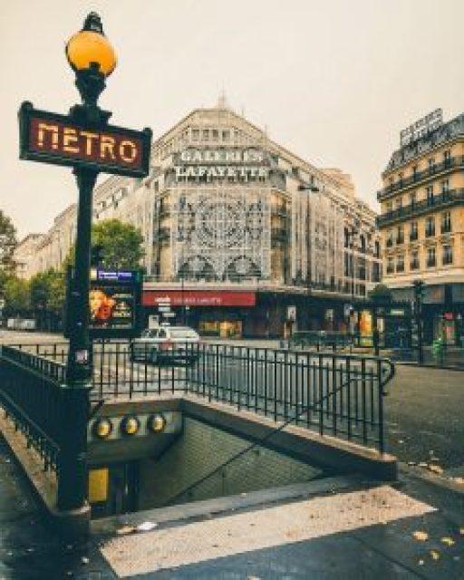 bouche de métro et façade galerie lafayette