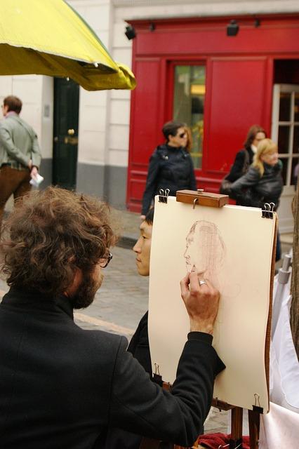 peintre à montmartre qui fait un portrait