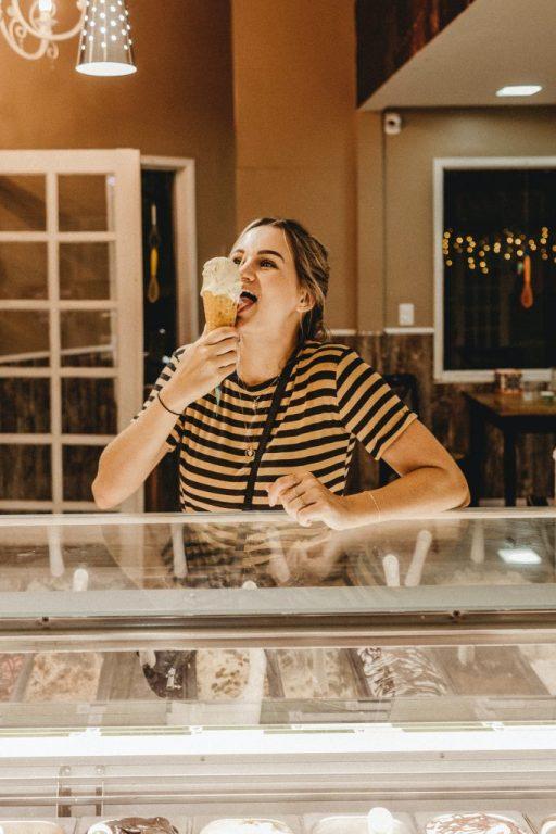 femme qui mange une glace