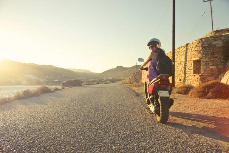 femme sur un scooter qui fait attention pour voyager en toute sécurité
