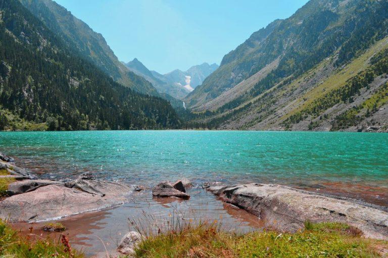 lac couleur émeraude dans le parc national des Pyrénées
