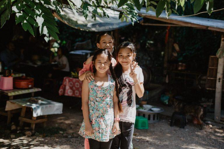 trois filles rencontrer la population locale pour voyager responsable
