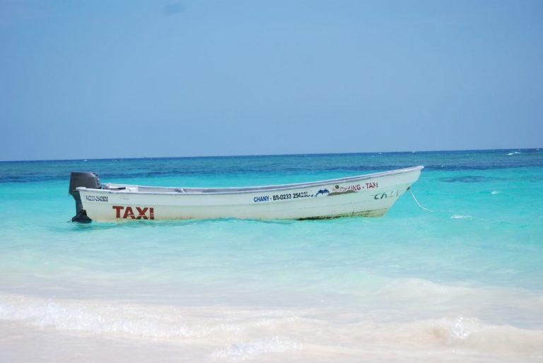 bateau plage et eau turquoise pour passer l'hiver au soleil