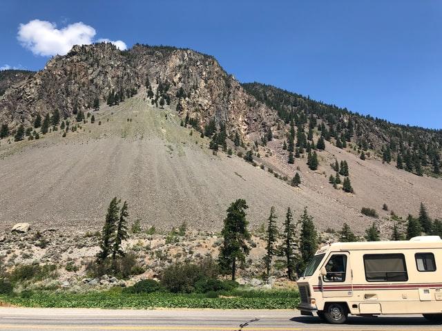 camping-car sur la route de montagne