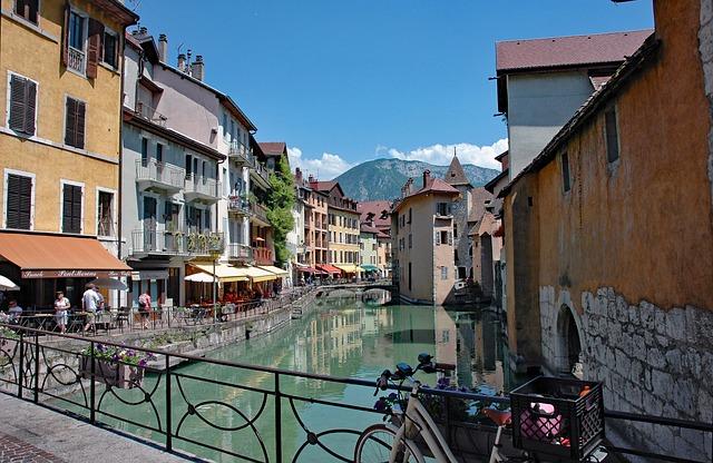 centre ville du vieil Annecy avec canal, pont et maisons