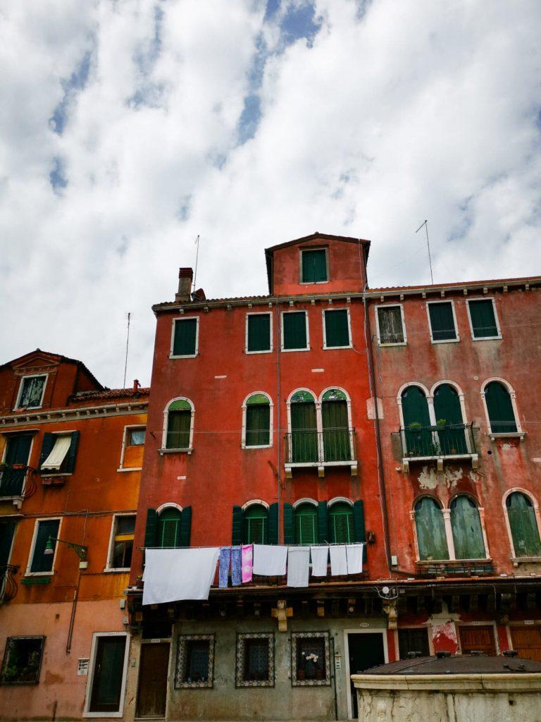 façades de maisons colorées et draps qui pendent