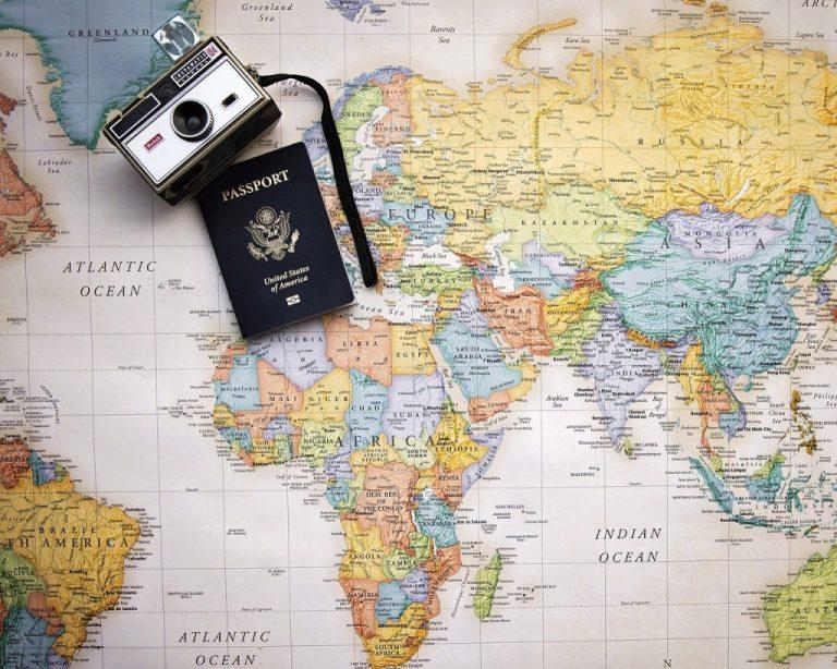 carte du monde avec passeport et appareil photo car il faut déterminer une liste de destinations pour choisir sa destination de voyage