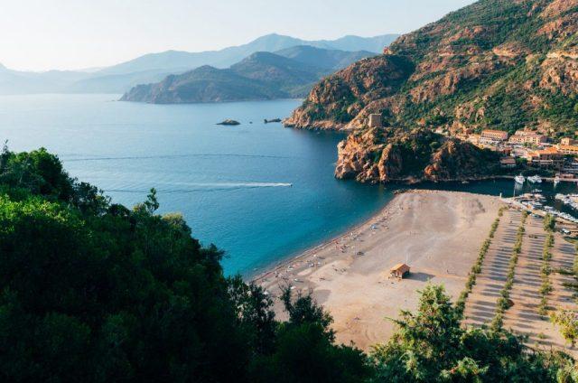 vue sur la côte corse plage et mer turquoise en corse car fait partie des plus belles îles françaises