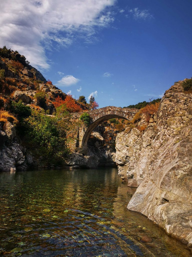 pont génois gorges d'asco dans le nord-ouest de la Corse