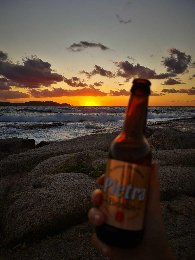 bière corse devant beau coucher de soleil dans le nord-ouest de la Corse