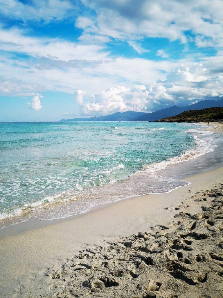 plage de sable blanc saleccia dans le nord-ouest de la Corse
