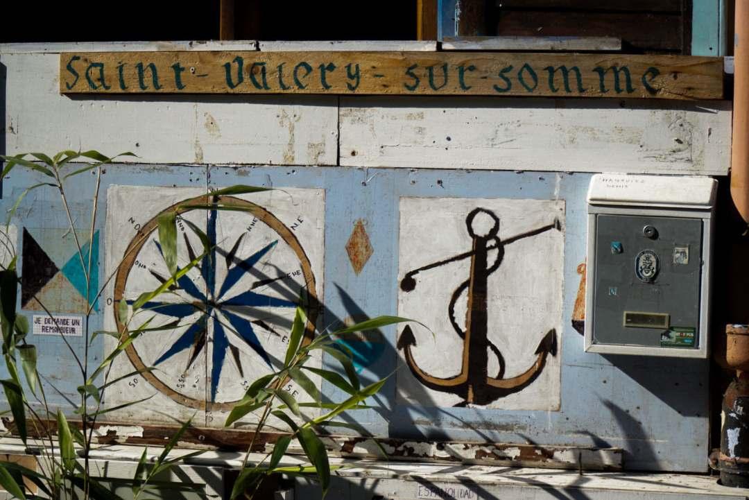 """inscription """"saint valery sur somme"""" sur le mur et dessins d'une ancre"""