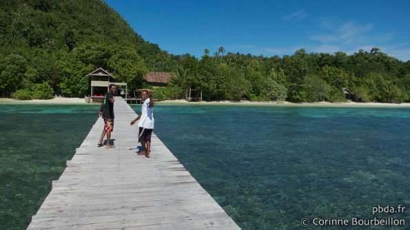 Sorido Bay jetty, Kri Island, Raja Ampat. Papouasie, Indonésie, mars 2012.