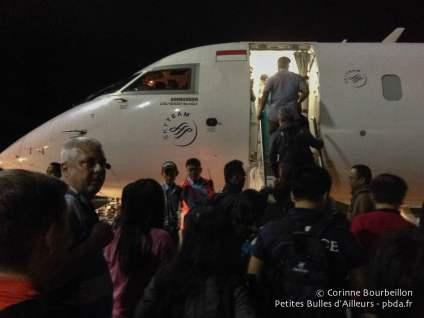 Aéroport de Makassar. L'avion de la Garuda pour Sorong. Janvier 2015.