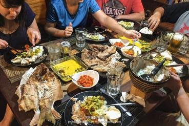 La plongée, ça creuse ! Chaque soir, on se jette sur les délicieux repas préparés par Yani. (Komodo, Indonésie, juillet 2016)