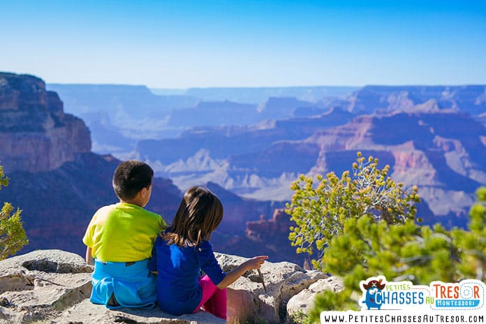 Deux enfants regardent le paysage