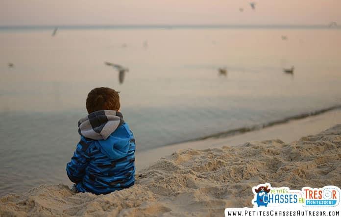 Enfant qui observe la mer
