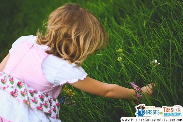 un enfant qui cherche un hérisson