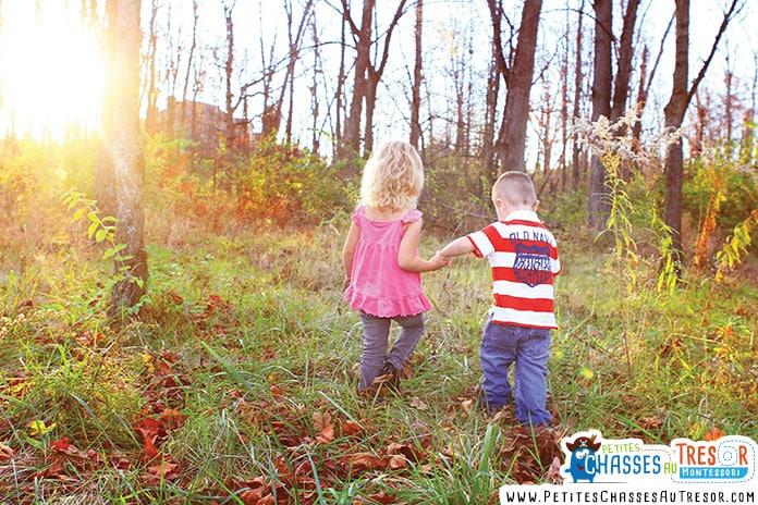 enfants qui courent dans la nature