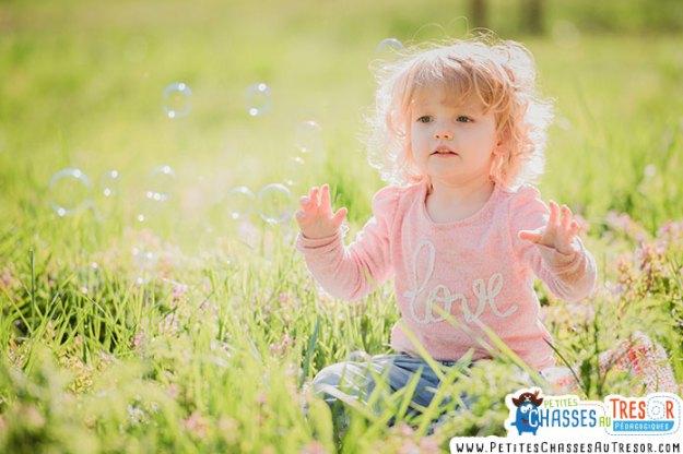 Un enfant s'amuse dans la nature