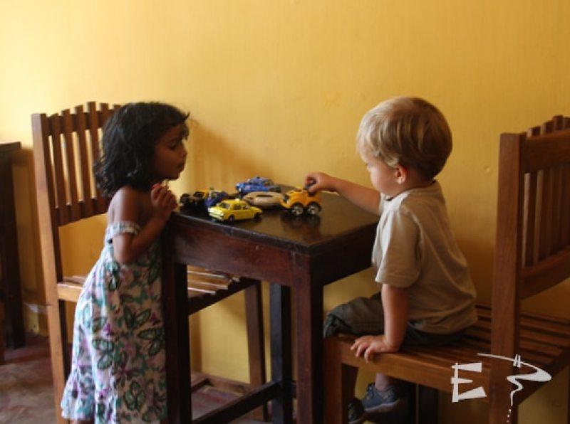 petit globetrotteur restaurant avec bébé