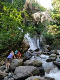 Enfants qui jouent près d'une cascade, photo de Ruth Hartnup (CC BY 2.0)