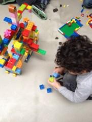 enfant jouant dans une exposition activité pour être ensemble