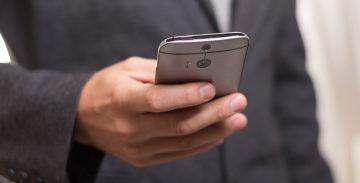 Ръка с телефон правни консултации
