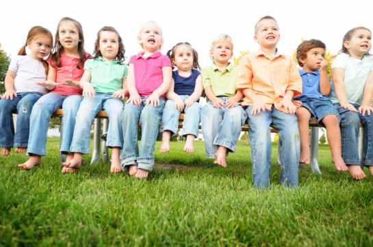 barn på bänk