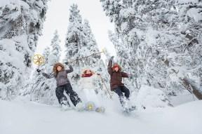 Nuoret aikuiset lumikenkäilemässä