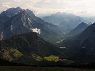 Údolí Ennsu, vlevo skupina Hochtoru, vpravo Buchstein a v pozadí Reichenstein