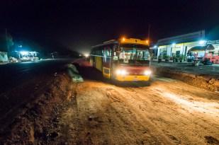 Pro turistu je asi nejčastějším prostředkem přesunu na delší vzdálenosti autobus. Zde autobus od hranic s Laosem do Phnom Penhu. Zvenku nevypadal zle, ale uvnitř najít sedadlo, které by drželo vzpřímeně, se skoro rovnalo zázraku.