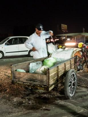 Přeprava nákladu se realizuje podobně jako přeprava osob - v návěsu za motorkou. Zde přeprava ledu do restaurace.