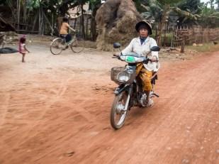 Mezi místními nejvíc rozšířený dopravní prostředek - motorka.